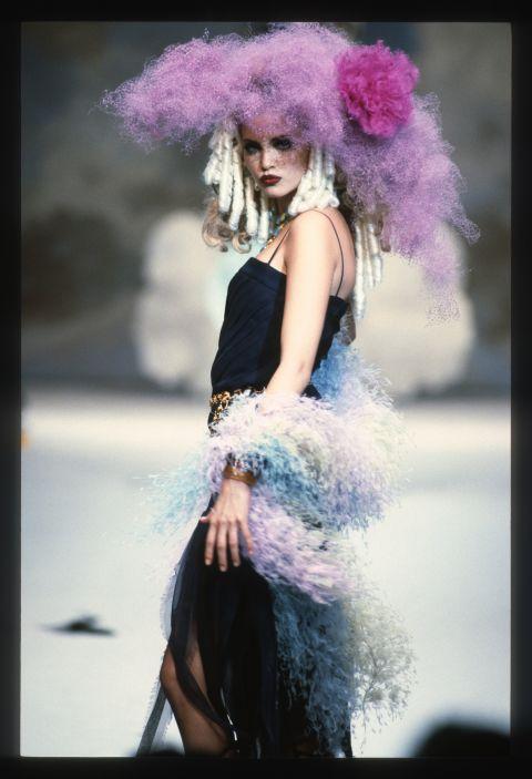 Nadja Auermann, di origine tedesca, altezza 1,80, occhi da gatta e capelli biondo platino,una bellezza quasi aliena. Conquistò subito a metà degli Anni 90 diverse cover internazionali e campagne pubblicitarie che la resero famosissima.