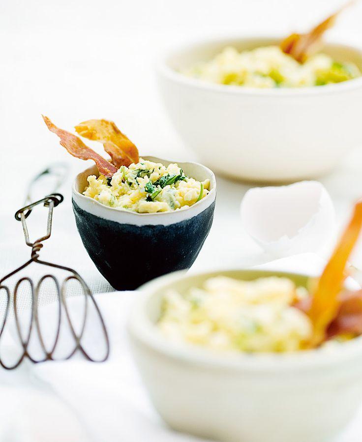 Parmaskinka och ruccola lyfter den här äggröran. Fördela äggröran i glas och toppa med parmachipsen.