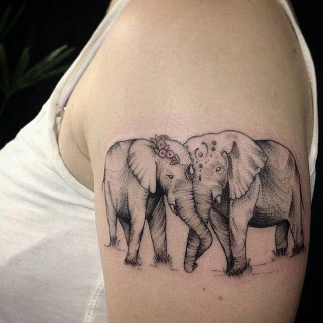 """Faz tempo que ela não aparece por aqui, mas amamos demais o trabalho da <a href=""""http://instagram.com/ivysaruzi"""">@ivysaruzi</a> <3  Quanto carinho nessa Tattoo, não acham?  Um dia de muito carinho para vocês!                            Tatuagem feita por <a href=""""http://instagram.com/ivysaruzi"""">@ivysaruzi</a> ;)"""