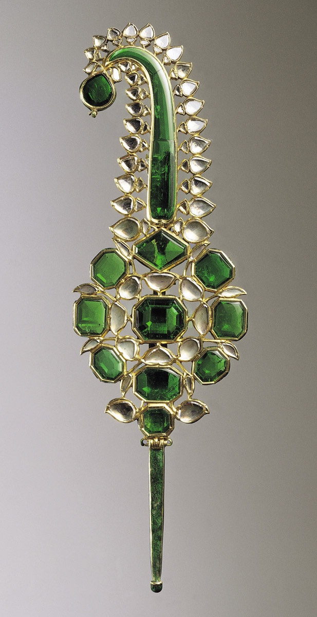 Gold turban ornament worked in kundan technique and set with emeralds and diamonds, the reverse with champlevé and overpainted enamel. North India or Deccan, 2nd half 11th century AH / 2nd half 17th century CE. #cuudulieutransang   cuu du lieu tran sang   cứu dữ liệu trần sang   cong ty cuu du lieu tran sang   công ty cứu dữ liệu trần sang   http://cuudulieutransang.wix.com/trangchu