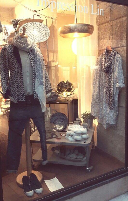 Du bleu et du blanc : jean Please, veste imprimée, blouse de peintre, cheche Zen Ethic, tennis Bensimon et vaisselle Tokyo. On adore...