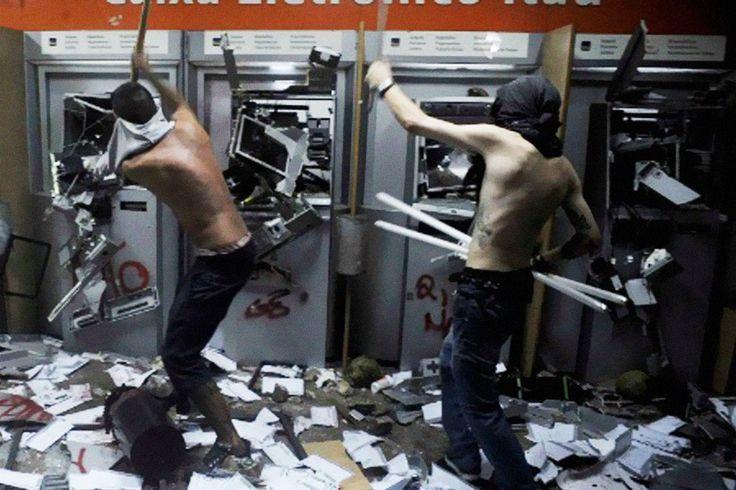 Banco Itaú 'camufla' agências para evitar Black Blocs   #BancoItaú, #BlackBloc, #CarlosNewton, #FernandoHaddad, #GeraldoAlckmin, #Vandalismo