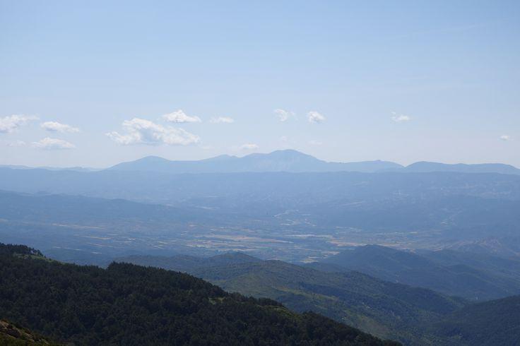 Al sur, la sierra de Guara coronada por el Tozal de Guara (2077 metros)
