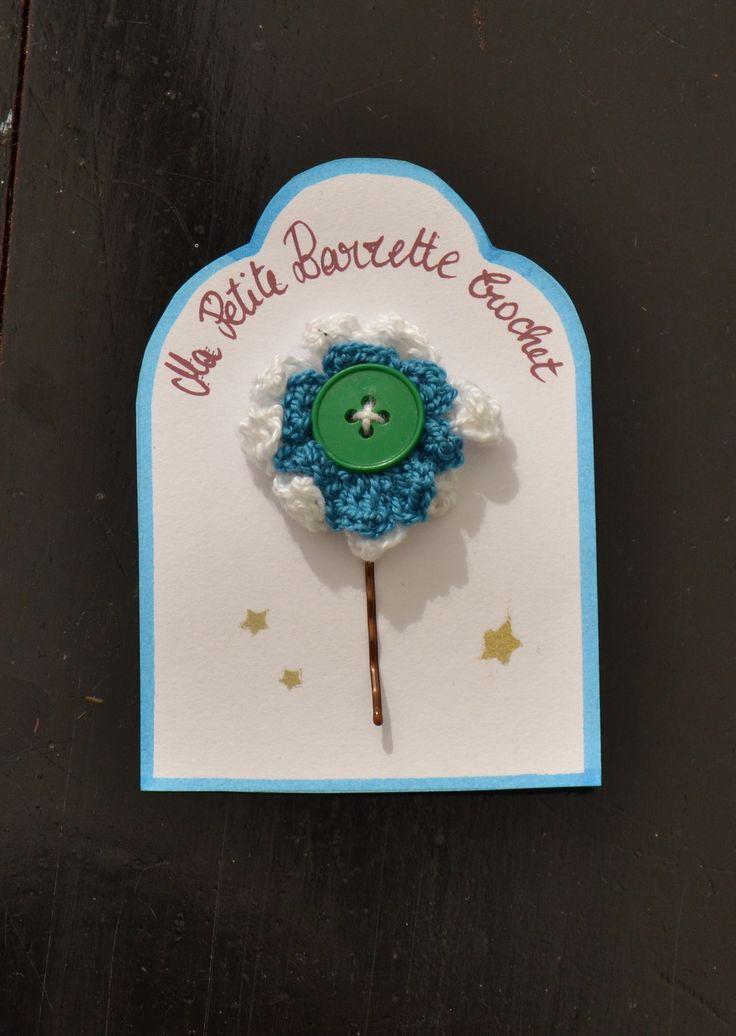 barrette fleur crochet fil bleu et blanc bouton vert piece unique : Mode filles par madame-bubulle