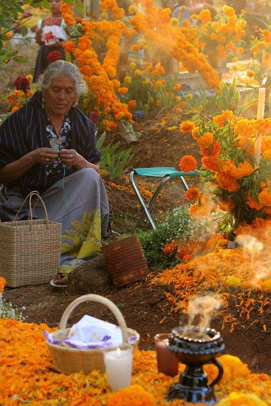 Ofrenda en las tumbas, día de muertos, México.