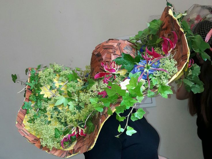 Noc Kultury Opole 2017 Mój kapelusz na siatce,oklejony kosteczkami forniru Palisander a podklejony żółtym filcem,z żywą roślinnością Reprezentowałam szkołę cosinus w Opolu