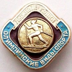 T1. INSIGNA RUSIA URSS SCHI SKI LIJNIE GONKI OLIMPIISKIE VIDISPORTA 23 mm **, Europa