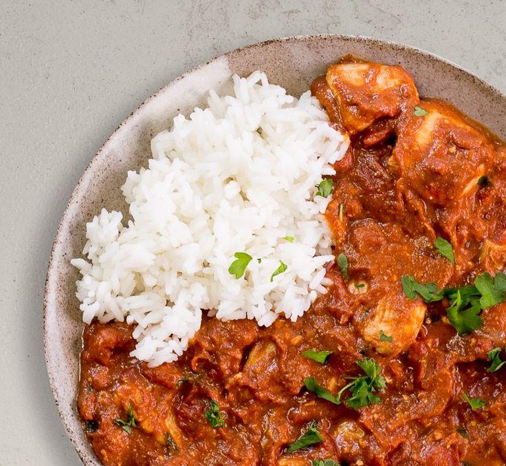 Indisches Tikka Masala mit Hähnchen!  Zartes Hähnchen, fruchtige Tomatensauce, frischer Joghurt und cremige Kokosmilch bilden die Grundlage für diesen gesunden Proteinlieferanten. Verfeinert mit Knoblauch, Ingwer und indischen Gewürzen liefern wir dir feinsten orientalischen Geschmack auf den Teller!