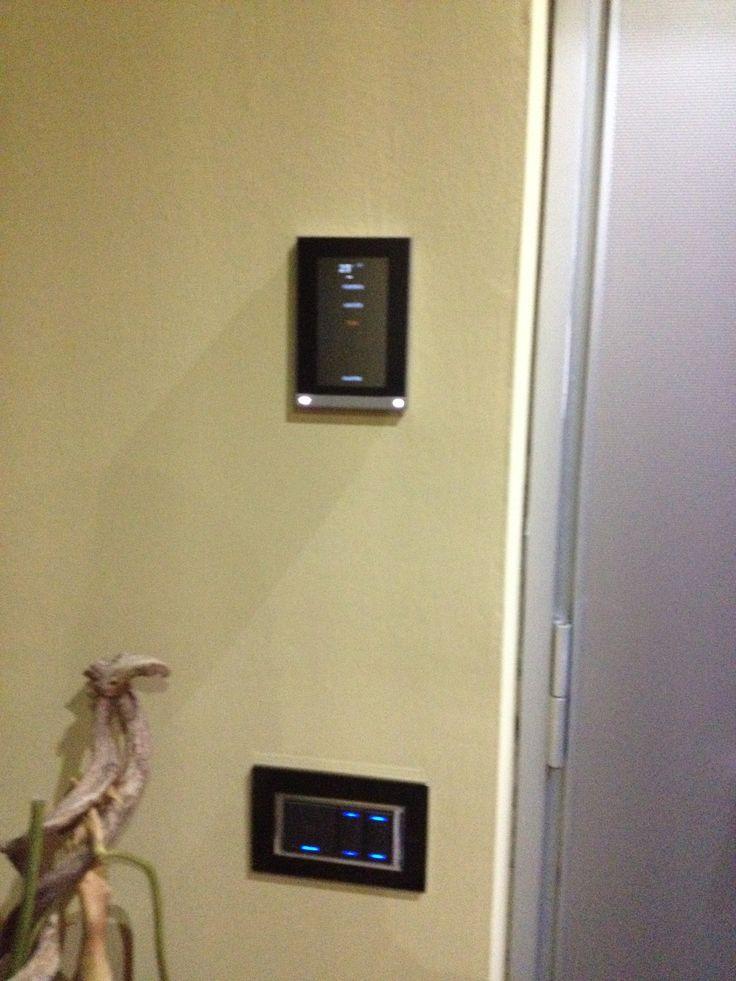 Screen di controllo in appartamento. Semplicissimo da utilizzare, efficiente e comodo.