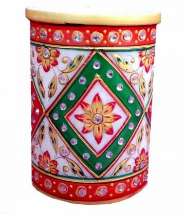 This marble pen stand is a thing of beauty. It is made of marble and is adorned with meenakari and traditional colors. Being a marvelous work of art, it is a superb gift item too.