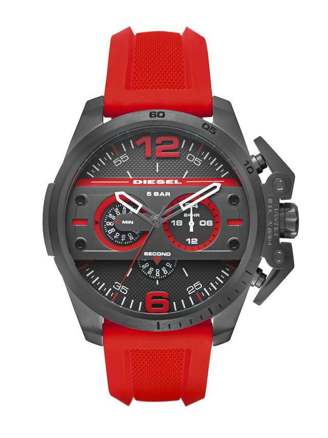 DIESEL DZ4388 Chronograph Herrenuhr, Diese Herrenuhr von Diesel ist PVD beschichtet und besitzt ein 2,4 cm breites, rotes Armband aus Silikon. Die Ziffern 12 und 6 greifen das Rot noch einmal auf. Durch die kräftige Farbe fällt die Uhr auf und gibt einem dezenten Outfit den letzten Schliff.