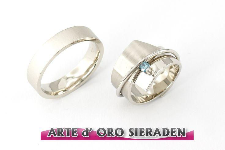 Witgouden trouwringen met blauwe briljant geslepen diamant, in opdracht gemaakt.