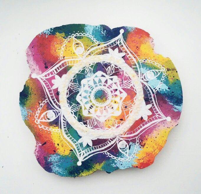 Boomschijf schilderij 27cm mandala met bergkristal,  chakra regenboog kleuren Www.creativeartbyjessica.nl