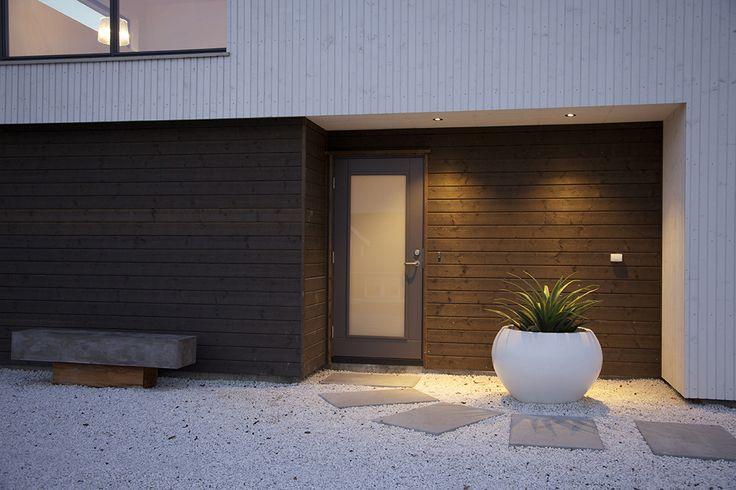 #urbanhus #inngangsparti #utemiljø #mørk #kledning #benk #hus #ferdighus #bygge #fasade #funkishus #