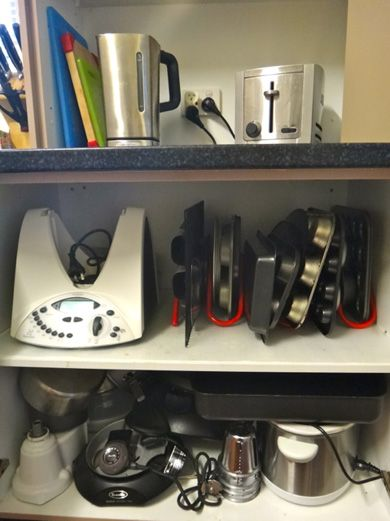 Here is the Cakesnake storage rack for bakeware in action! What a privilege to have the lady behind the warm and clever 'Gastromony' blog review the Cakesnake. She also took some great shots of it in her kitchen cupboard.