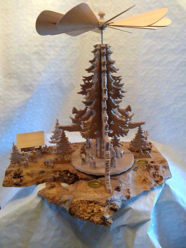 Weihnachtspyramide - Bodenplatte Silberahorn mit Maserknollen, Aufbauten beschnitzte Linde