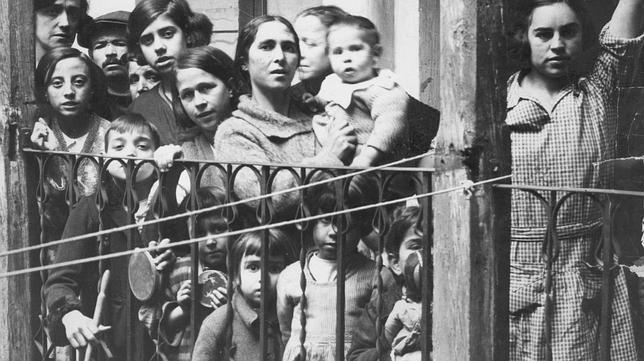 Vecinos de la calle del Ventorrilo (Madrid) agraciados con el segundo premio de la Lotería de Navidad, en 1930