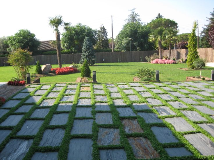 Jard n de hierba natural con pavimentos innovaci n for Adoquines para jardin