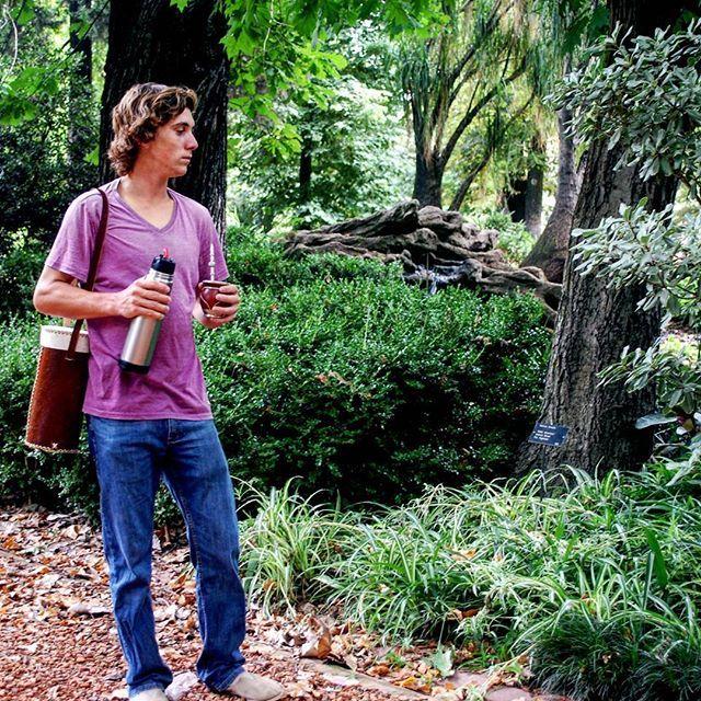 Agua, bombilla, mate y yerba resumen la infusión con la que los argentinos entablaron un vínculo de placer sin igual. #momento #jasytei #mate #termera #compañerodevida #dia #gris #airelibre🍃 #ciudad #campo #placer #nature