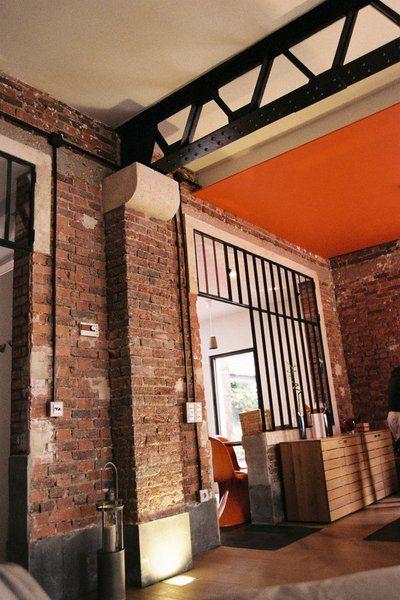 Le pilier en pierre existant s'accorde avec les encadrements de fenêtre repris à la chaux, et l'excroissance en brique a été aussi dégagée lors de la remise à nu des murs en brique.