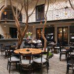 El restaurante Azul Histórico, se despliega coquetamente en el patio interior del hotel Downtown de la cadena Habita, al abrigo de los árboles que rodean el perímetro.