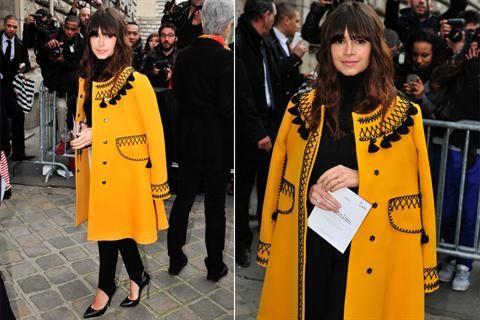 Los mejores looks de streetstyle en París Fashion Week  La famosa editora rusa Miroslava Duma, optó por un abrigo amarillo shocking que destacaba sobre su atuendo en negro para asistir a alguno de los desfiles de la semana de la moda francesa Foto:AP Photo