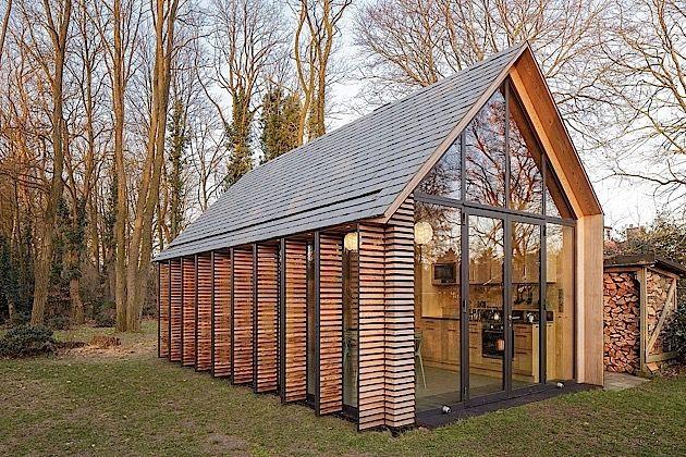 Das Houten Tuinhuis ist ein kleines Ferienhaus in der Nähe von Utrecht in den Niederlanden. Es wurde von Zecc Architects in Zusammenarbeit mit Interior Designer Roel van Norel entworfen. Besonders cool daran ist die große Glasfassade auf der einen Seite, d
