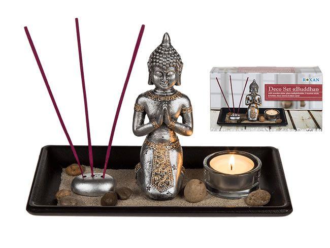 Decoset Boeddha. Rust, zen, relax, chill, allemaal termen voor tot rust komen en ontspannen. Dit mooie decoratieve setje helpt erbij met sfeerverlichting en het verspreiden van een heerlijke geur door middel van geurstokjes.  Het setje bestaat uit een Boeddha beeldje op een houten plateautje van 22 x 14 cm, met  een glazen theelichthouder, geurstokjes en geurhouder (geurtje niet inbegrepen), decostenen en decozand. Het geheel zit in een mooie cadeaudoos verpakt.