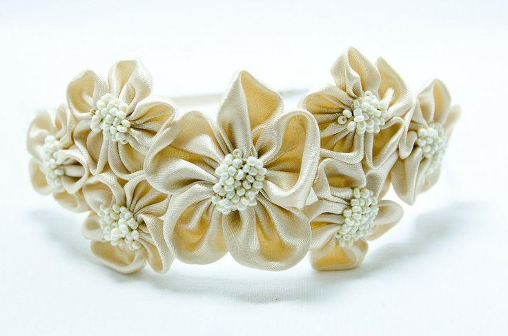 Čelenka Rozalia béžová Kovová čelenka o šířce 0,5cm,barva stříbrná. (můžete si zvolit i černou barvu čelenky- napsat do objednávky a poznámek) 6 ručně šitých saténových květinek vbéžové barvě. Středy květů jsou vyšity rokajlem a perličkami. Velikost květů jsou3 - 4 cm.Celková délka aplikace cc 11-15cm. Pro pohodlnější nošení jsou květy podlepeny ...