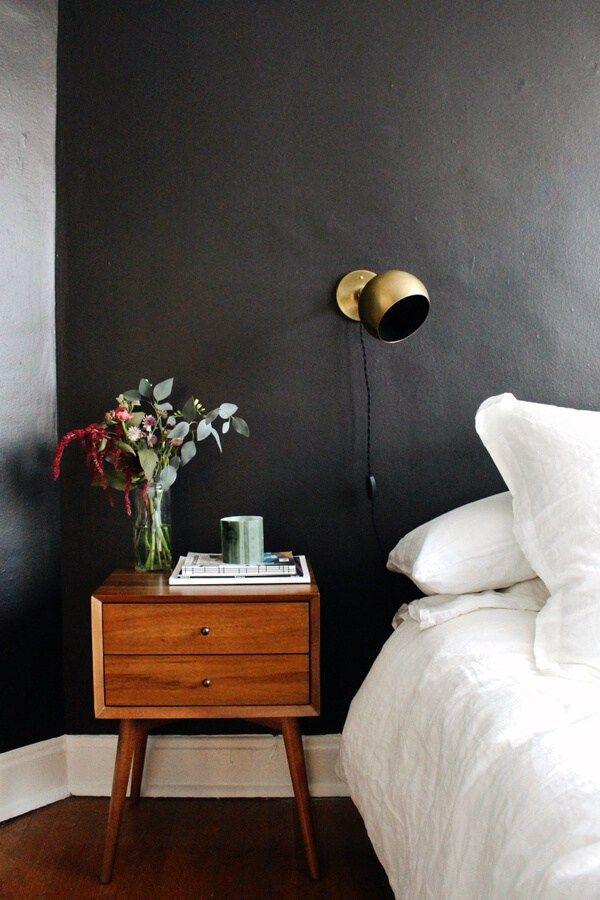 Inspiratie voor zwarte slaapkamers! Zwart is een mystieke maar ook een knusse kleur die een ruimte heel romantisch en speciaal kan maken. Lees het hier!