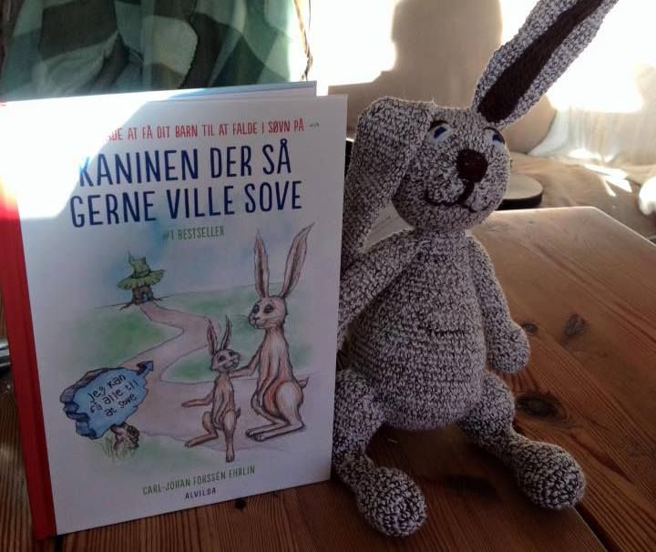 """Hæklet Kalle Kanin fra bogen """"Kaninen der så gerne ville sove"""""""