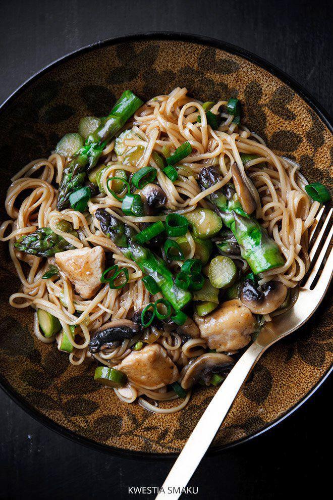 Chow mein z kurczakiem i szparagami
