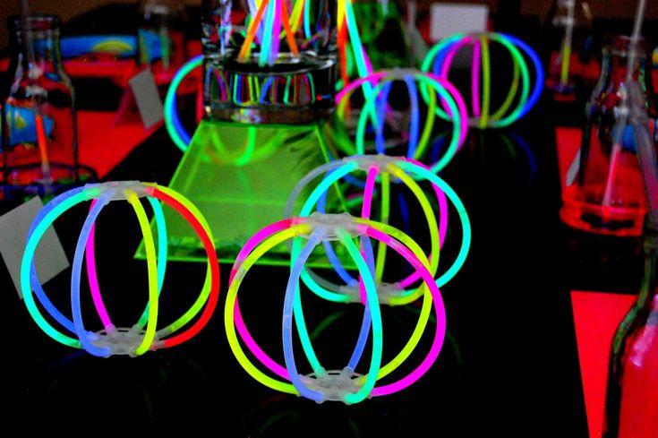 Las pelotas fluorescentes se forman mediante barritas fluorescentes. Solo deberás unirlas al conector circulas combinando los colore que más te gusten.
