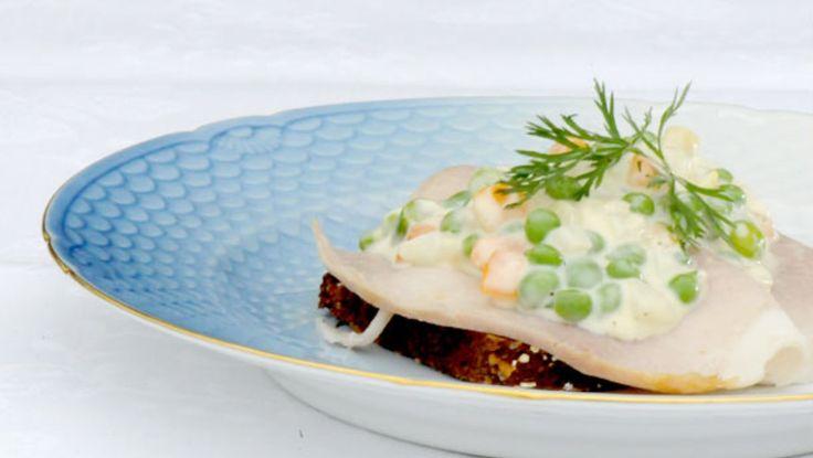 Italiensk salat - Italiensk salat servert på grovbrød med en skive skinke. - Foto: Fra tv-serien Munter mat (Spise med Price) / DR