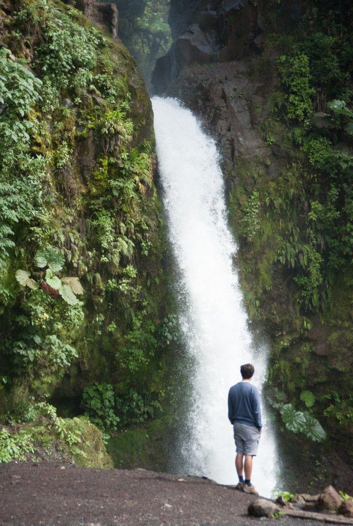 Que voir au Costa Rica. Que faire de sympa par région (Detour Local) -> Une des nombreuses chutes d'eau du Costa Rica www.detourlocal.com/que-voir-au-costa-rica-itineraire-region/