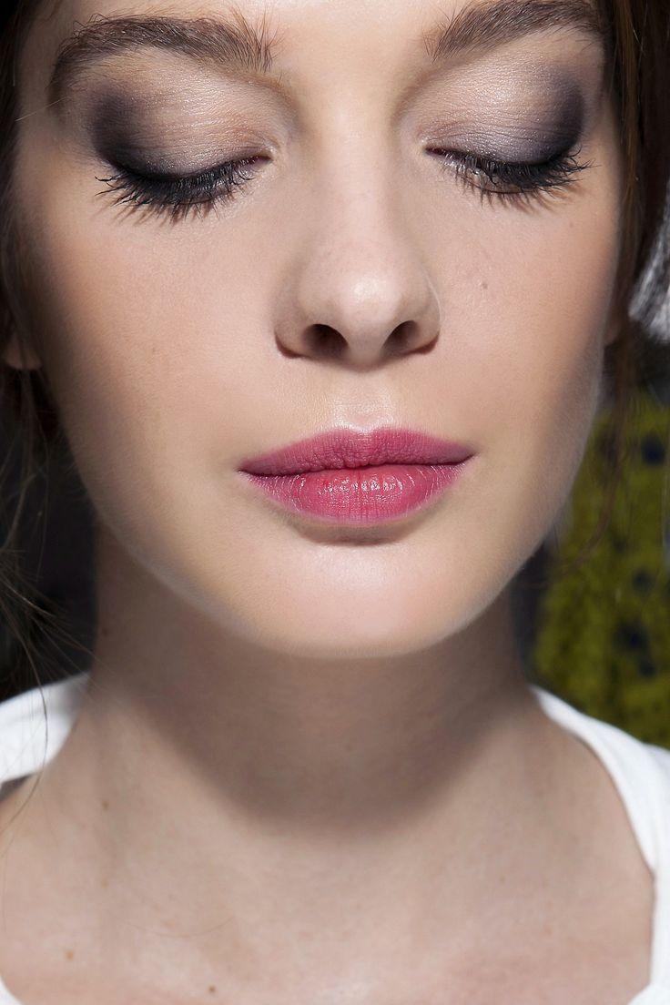 """Batons """"mágicos"""" tingem os lábios de rosa (Foto: ImaxTree) Você consegue este efeito com o Sainiac thebalm > Tem na  BeautyList"""