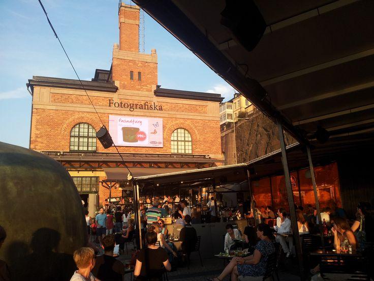 Fotografiska, Stadsgårdskajen, Södermalm. Spännande fotoutställningar, öppet till sent på kvällen (torsdag-lördag ända till kl. 23). Härlig uteservering vid vattnet, ofta livemusik under sommaren. http://fotografiska.eu/om-fotografiska/