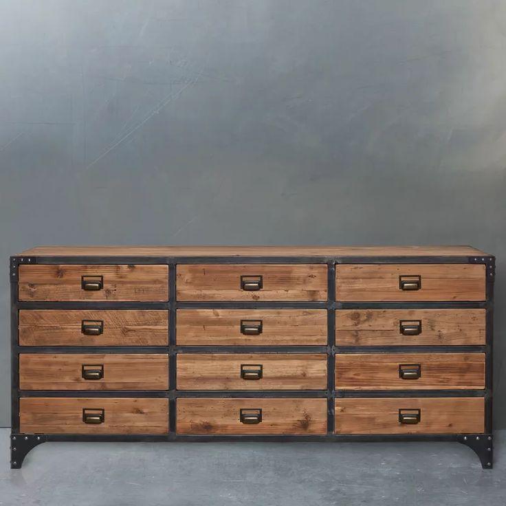 Nápadné kování, viditelné nýty a pískované, naolejované piniové dřevo: řada nábytku Rivet má vše, co dělá průmyslový design tak