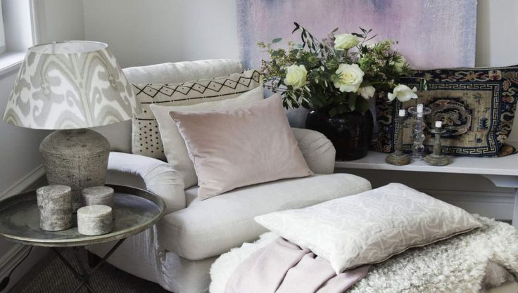 Sovrummet blir fint och mysigt i en mjuk färgskala. Ljuvliga, bleka pasteller att värma sig med, njuta av eller lysa upp hemmet med. LEVA & BO visar bästa tipsen för en mysig stund i sängen.