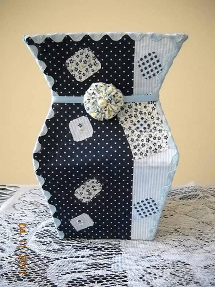 <p>Aprenda a fazer um lindo vaso, reutilizando embalagens de leite. Acompanhe o passo a passo e comece logo a confecção do seu vaso decorativo com embalagens Tetra Pack. Material necessário : 4 caixas de leite (embalagens Tetra Pack) Tesoura Fita Adesiva Caneta para marcação Régua Veja o passo a passo …</p>