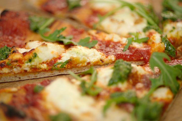 vegetarische pizza met een rustiek deeg van roggebloem en gewone tarwebloem.De pizza wordt afgewerkt met een saus op basis van geroosterde paprika, Belgische geitenbrie en pesto. Het stremproces van deze typische kaas duurt veel langer dan bij Franse brie, wat voor een unieke, lichtzure smaak zorgt. Het is een perfect alternatief voor de traditionele mozzarella.