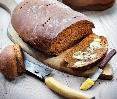 En kryddig svensk brödklassiker på julbordet eller när du blir sugen. I rågsikt- och vetedegen blandas sirap, kvarg och vörtmix. De färdiga bröden får svalna i bakduk medan vörtdoften sprider sig i köket.