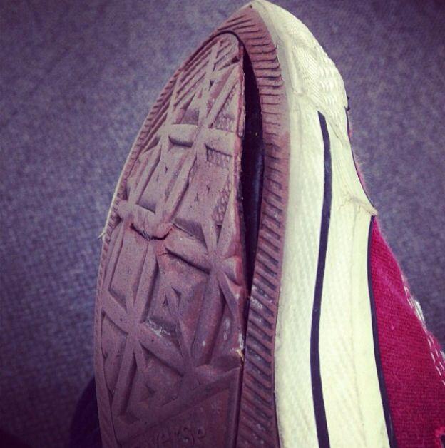 Converse, mi tenis roto y con razón se me mojo el pie con la lluvia jeje