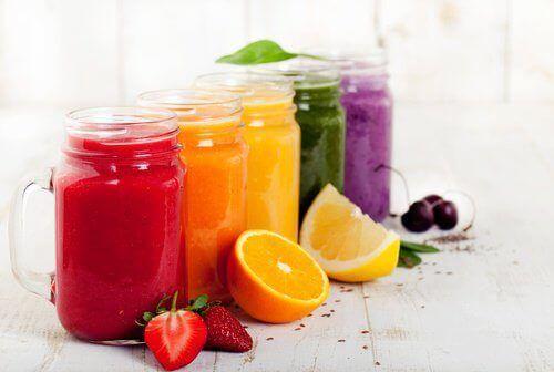Vill du bli av med extrakilona runt magen inför sommaren? Här är några läckra recept på smoothies som är bra för att trimma magen.