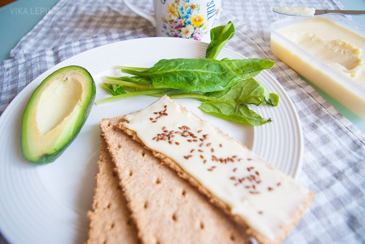 Домашний плавленый сыр из творога приготовить проще простого! Пять ингредиентов, полчаса - и полезная вкусняшка готова.