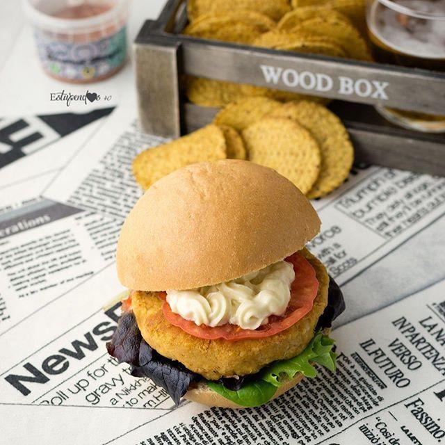 Bueno! Ayer está PRECIOSIDAD triunfó un montón así que por petición popular... ahí va la receta QUE LA DISFRUTÉIS UN MONTÓN!  Ingredientes (para 6 burgers) -2 botes de garbanzos cocidos -1 cebolla dulce -1 diente de ajo morado -1cs de Tahini -1cs de Gourmet Burger @alasature -3cs de harina de garbanzo -1y  cp de eneldo molido  Preparación 1-Enjuagamos los garbanzos en abundante agua fría. 2-Los vertemos en un bol y los aplastamos con la ayuda de un tenedor. 3-Picamos la cebolla y la…