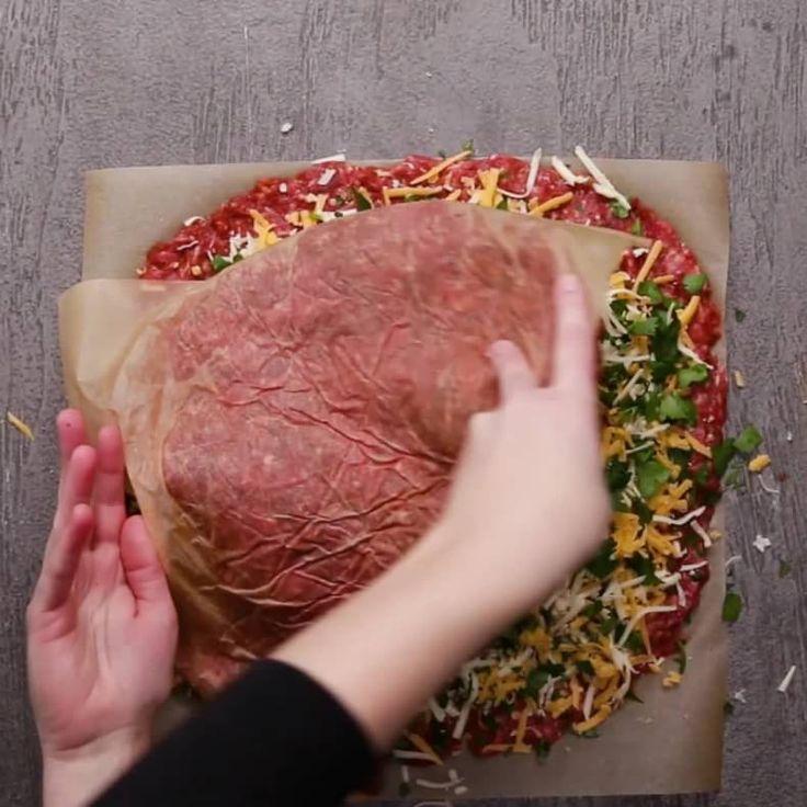 豪快すぎる!!巨大チーズインハンバーグ ぜひ、おうちで作ってみてくださいね!     巨大チーズインハンバーグ  8人分  材料: ベーコン 450g バター 大さじ2 玉ねぎ(薄切り)1個  牛ひき肉 1300g ガーリックパウダー 大さじ1  パプリカパウダー 大さじ1  塩 大さじ2  コショウ 小さじ1 サラダ油 適量   チェダーチーズ 200g ピザ用チーズ 200g パセリ(みじん切り)40g  レタス 適量 トマト(スライス)適量  パン 8個  作り方 1. オーブンは180℃に予熱しておく。  2. クッキングシートをしいた天板にベーコンを格子状に並べ、交互に編み込んだら、180℃のオーブンで30分焼く。  3. 25cmスキレットにバターを入れて中火で熱し、玉ねぎを入れて45分ほど、飴色になるまで炒める。  4. ボウルに牛ひき肉、ガーリックパウダー、パプリカパウダー、塩、コショウを入れて、粘り気が出るまでよくこねたら2等分する。  5…