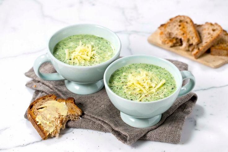 Lag en god suppe av spinat fra bunnen av. Suppen er enkel å lage, og kan serveres enten med nøtter og/eller revet ost eller egg til.