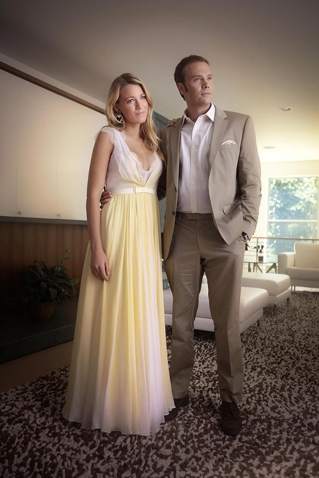 Blake, con vestido amarillo y blanco largo de seda junto a su compañero de repartoBarry Watson (Steven)