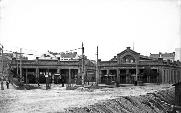 Remise Erdberg mit Zügen diverser Typen um 1906. Späteres Museum der Wiener Linien.